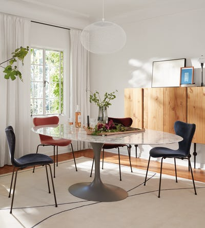 Saarinen Dining Table Oval with Series 7 Chair